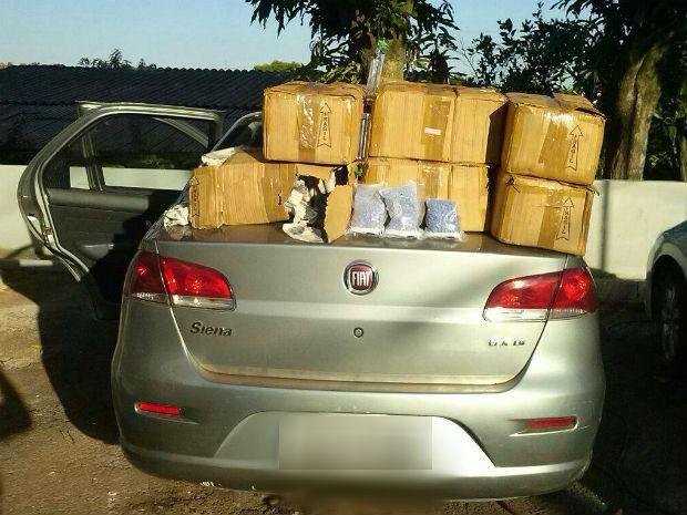 Veículo estava carregado com 1.238 frascos de lança perfume e 2,8 mil comprimidos de ecstasy (Foto: Divulgação/PRF)
