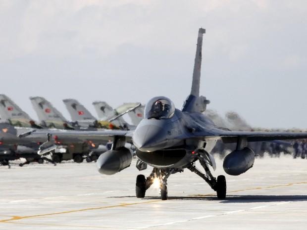 Foto de arquivo mostra jato F-16 da aviação turca em base militar em Konya em 28 de abril. Jatos turcos derrubaram um avião de guerra não identificado que invadiu o espaço aéreo do país nesta terça-feira (24) (Foto: Umit Bektas/Reuters)