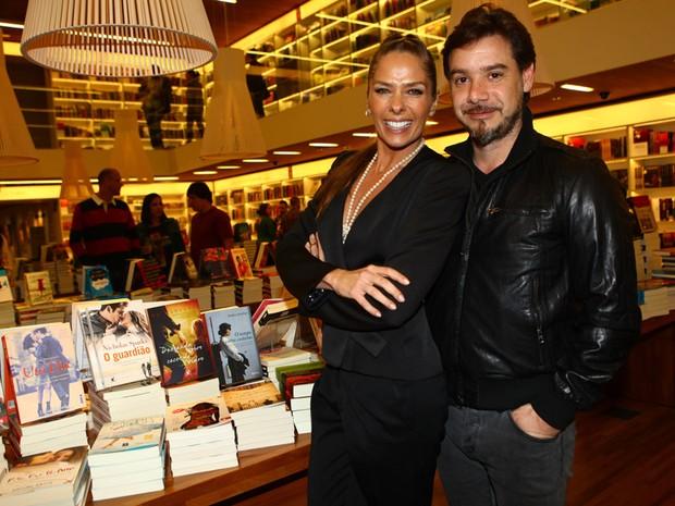 Adriane Galisteu com o marido, Alexandre Iódice, em lançamento de livro em São Paulo (Foto: Iwi Onodera/ EGO)