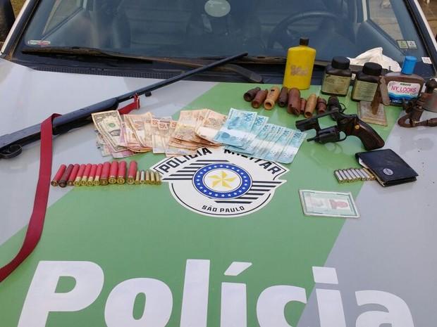 Polícia Militar apreendeu armas e dinheiro com acusado (Foto: G1)