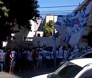 Torcedores do Cruzeiro protestam em frente à sede do clube no Barro Preto (Foto: Reprodução/Internet)