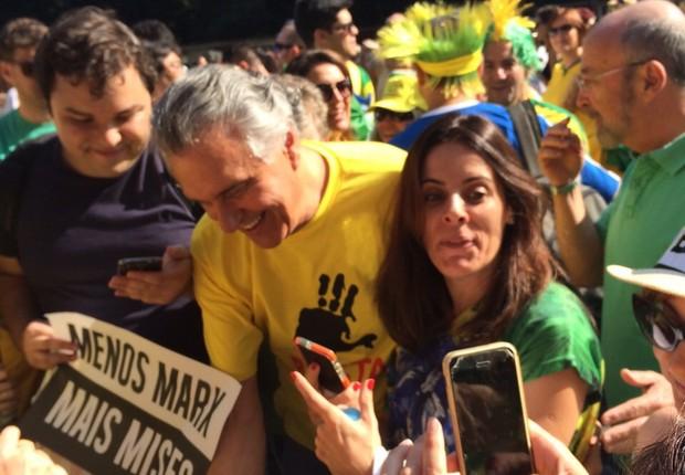 Ronaldo Caiado, senador (DEM-GO), tira fotos com manifestantes (Foto: Nathalia Bianco)