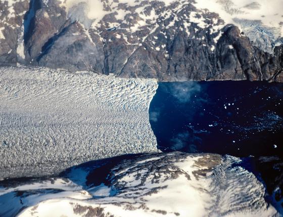 Uma geleira na Groelândia ,onde o derretimento de verão ja dura 70% mais que em 1970 (Foto: Kadir van lohuizen / NOOR)