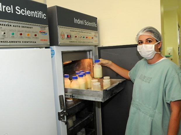 Mães doadoras recebem kits para doação de leite que ficam armazenados no centro (Foto: Carlos Bassan/ Divulgação Prefeitura)