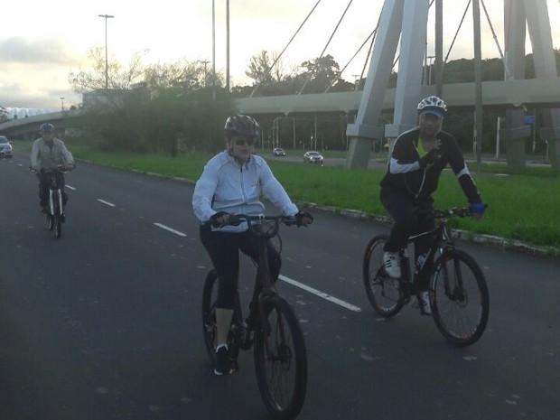 Presidente aproveitou a manhã em Porto Alegre para pedalar (Foto: Zete Padilha/ RBS TV)