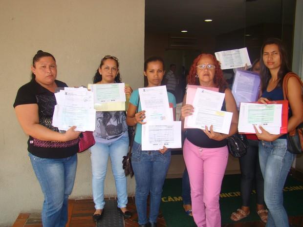 Donas de casas apresentam documentação que mostra que elas foram  convocadas para receber  uma casa (Foto: Gilcilene Araújo/G1)
