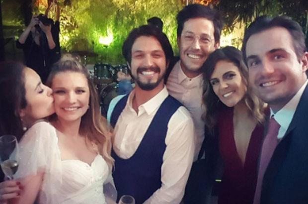 Os noivos com Amanda Richter,  Roger Gobeth e a mulher, Samantha, e Max Fercondini   (Foto: Reprodução)