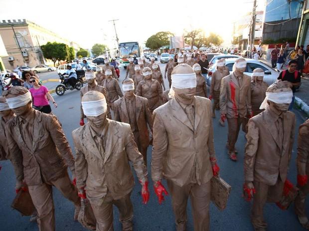Em grupo, os cegos fizeram uma caminhada pelas ruas do centro de Maceió (Foto: Jonathan Lins/G1)