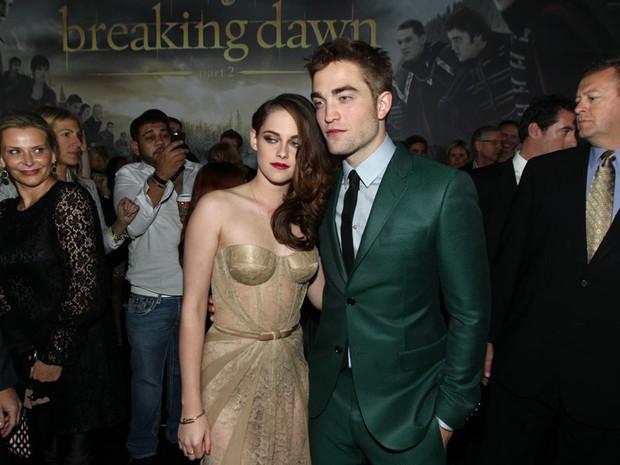 As estrelas da série de filmes 'Crepúsculo', Kristen Stewart e Robert Pattinson, posam juntos como casal pela primeira vez desde que romperam o namoro, no lançamento do filme 'Amanhecer: parte 1' em Los Angeles. (Foto: AP/Matt Sayles/Invision)