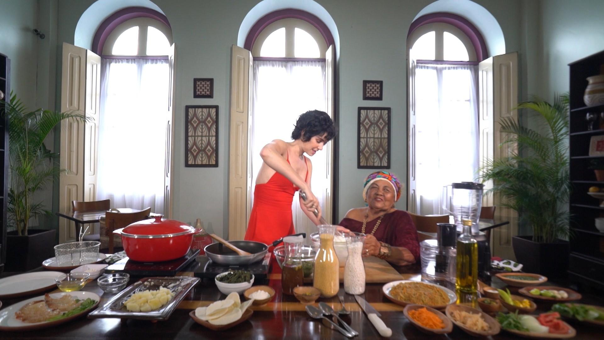 Maria Flor e Dona Onete fazem camarão empanado na farinha de tapioca com geleia de Jambu no 'Estrelas'