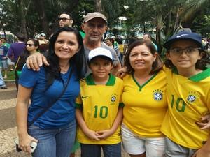 Fotógrafa Luciana Menezes leva família para protesto em Uberlândia (Foto: Caroline Aleixo/G1)