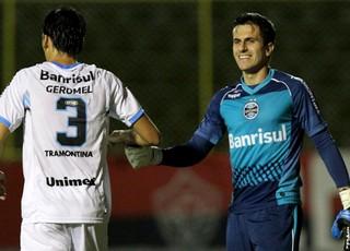 Marcelo grohe e Pedro Geromel Grêmio gol Vitória Série A (Foto: Agência Getty Images)