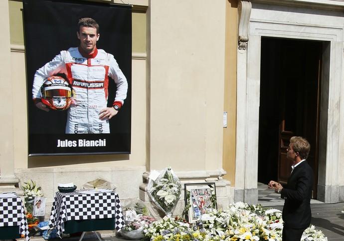 Nico Rosberg observa painel com foto de Jules Bianchi, em funeral em Nice (Foto: AFP)