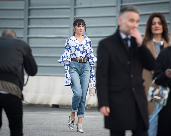 O jeans se mostrou uma peça indispensável e muito versátil no street style (Foto: Joanna Totolici)