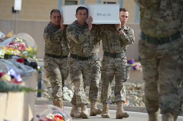 Soldados de Malta carregam caixão de imigrante que morreu em naufrágio no Mediterrâneo durante funeral nesta quinta-feira (23) (Foto: Matthew Mirabelli/AFP)