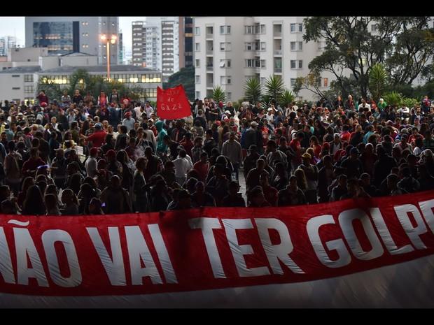 Apoiadores da presidente afastada Dilma Rousseff se reúnem no vão livre do Masp, na Avenida Paulista, em São Paulo, durante um protesto contra o impeachment de Dilma (Foto: Nelson Almeida/AFP)
