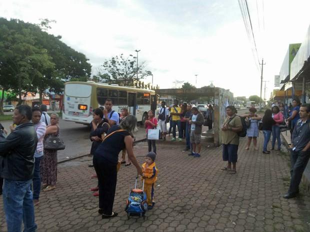 Passageiros lotam parada de ônibus no Taguacenter por causa de greve dos rodoviários do DF (Foto: Aldair Fernando/G1)