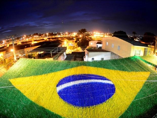 Rua no Morro da Liberdade ganhou ornamentação para a Copa do Mundo (Foto: Chico Batata/Agecom)