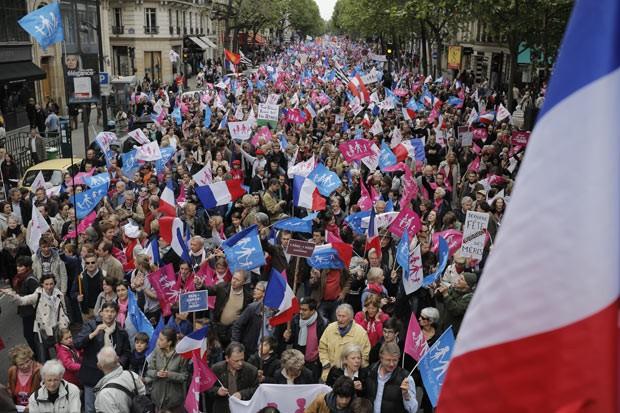 Manifestantes marcham contra o casamento gay neste domingo (26) em Paris (Foto: Laurent Cipriani/AP)