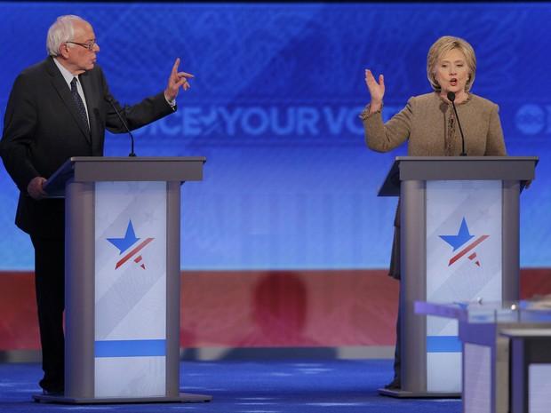 Senador Bernie Sanders e Hillary Clinton participam de debate com os pré-candidatos democratas à presidência dos Estados Unidos (Foto: Brian Snyder/Reuters)