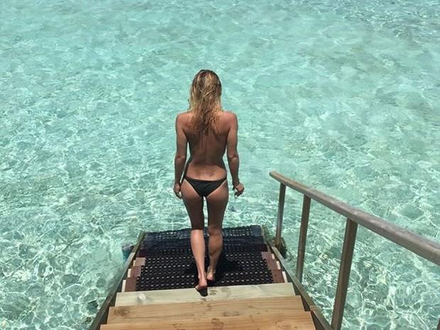 De topless, Bar Refaeli curte praia (Foto: Instagram/ Reprodução)