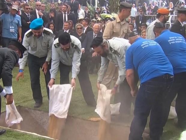 Imagem mostra enterro do ex-presidente Shimon Peres, no cemitério Mount Herzl, em Jerusalém, nesta sexta-feira (30) (Foto: Pool via Reuters TV/ Reuters)