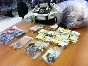 Dinheiro foi encontrado em porta luvas de carro (Foto: Carolline Ribeiro/TV Verdes Mares)