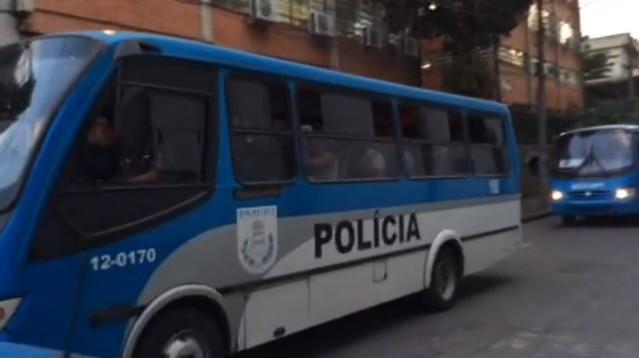 Quatro ônibus fizeram o transporte dos PMs do BEP (Foto: Káthia Mello / G1)