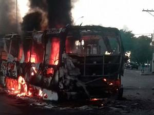Três ônibus foram incendiados neste sábado em Simões Filho (Foto: Site Tudo é Política)