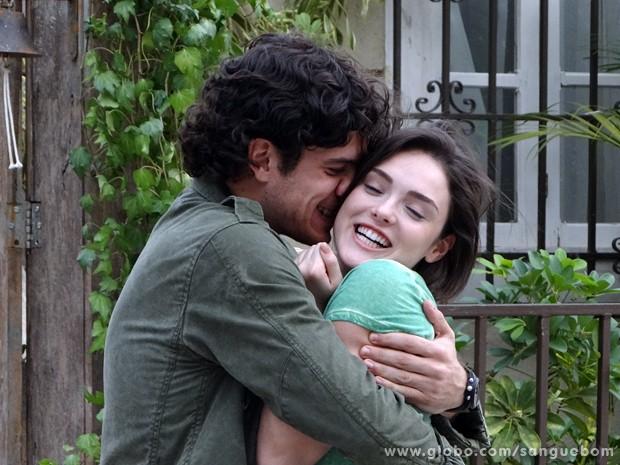 Tudo na paz! Bento abraça Giane (Foto: Sangue Bom/TV Globo)