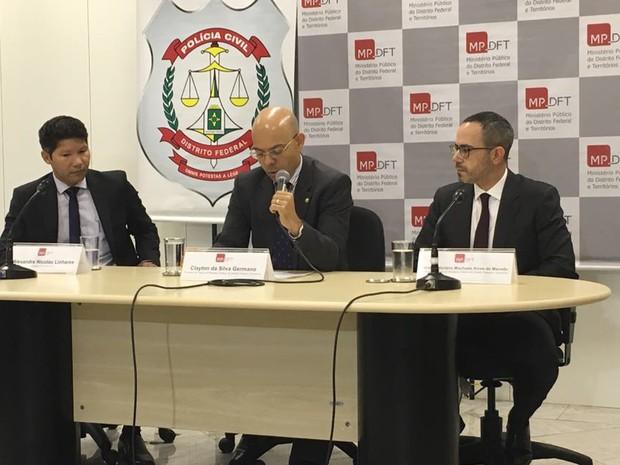 Responsáveis pela operação Drácon; delegado Alexandre Linhares (esq.), promotor Clayton Germano (centro) e Geraldo Macedo (dir.) (Foto: Gabriel Luiz/G1)