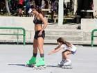 Cynthia Howlett anda de patins com a filha no Rio