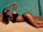 Thaila Ayala exibe curvas em foto de biquíni à beira da piscina