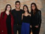 Eduardo Moscovis recebe a mulher e as filhas em pré-estreia em São Paulo