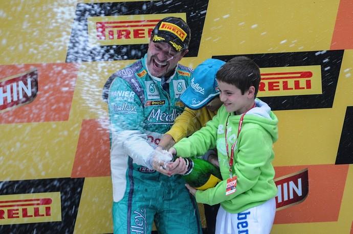 Rubens Barrichello comemora pódio em Tarumã e liderança na Stock Car com os filhos (Foto: Duda Bairros / Divulgação)