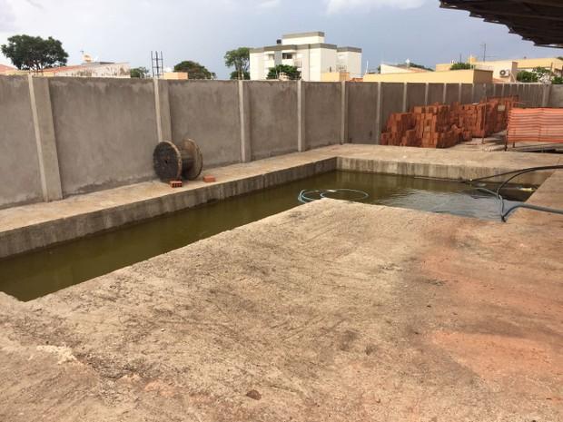 Moradores reclamam de piscina com água parada (Foto: Fabiana Luchesi/Arquivo pessoal)