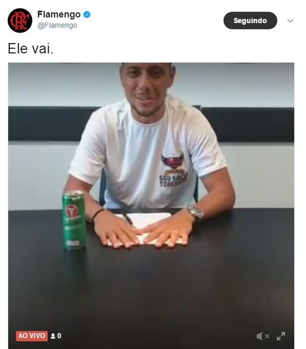 Goleiro assinou contrato e se apresentou aos torcedores (Foto: Reprodução)