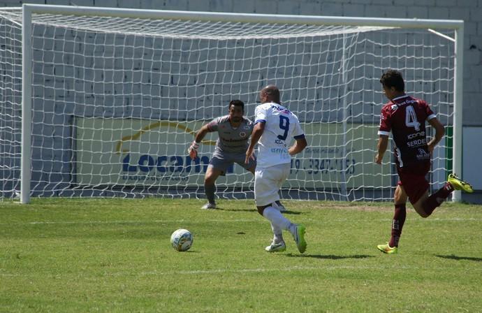 A camisa 9 do Vitória-ES está sendo bem envergada pelo atacante Hércules (Foto: Henrique Montovanelli/Desportiva Ferroviária)