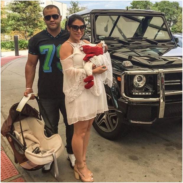 Bella, o marido, Ricardo, e a pequena Vicky, na saída da maternidade (Foto: Arquivo pessoal/ Bella Falconi)