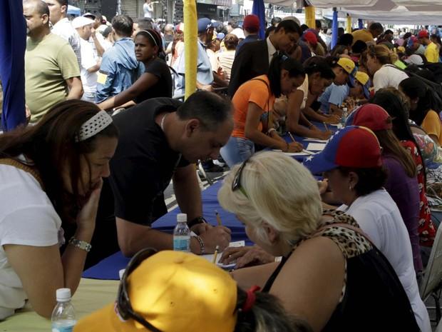 Oposição venezuelana coleta assinaturas para buscar referendo contra Maduro (Foto: REUTERS/Marco Bello)