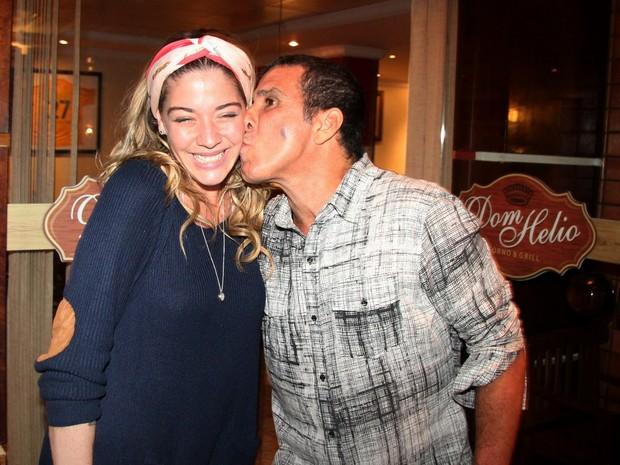 Luma Costa e Eri Johnson em restaurante no Rio (Foto: Adna Barbosa/ Foto Rio News)
