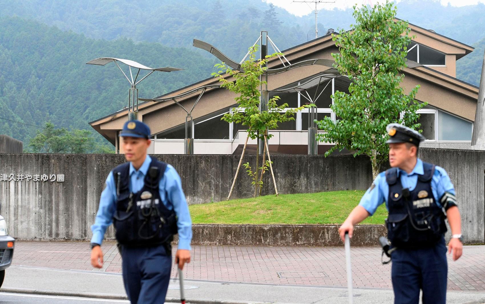 Policiais são vistos em frente ao centro Tsukui Yamayuri-en, onde um homem atacou pacientes com uma faca na madrugada de terça (26), em Sagamihara, no Japão (Foto: Kyodo/via Reuters)
