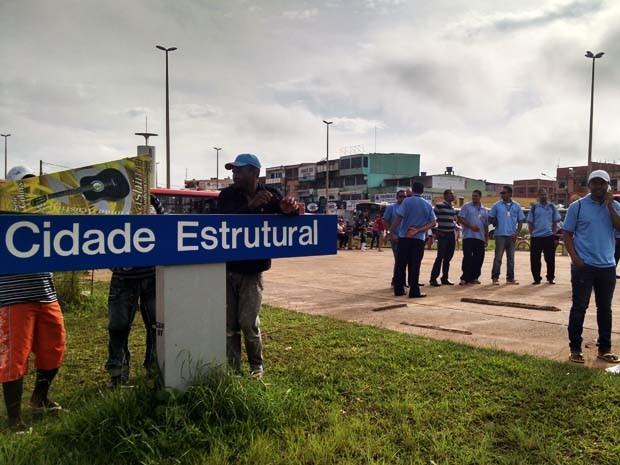 Rodoviários mobilizados em frente a entrada da Estrutural, no Distrito Federal (Foto: Luciana Amaral/G1)