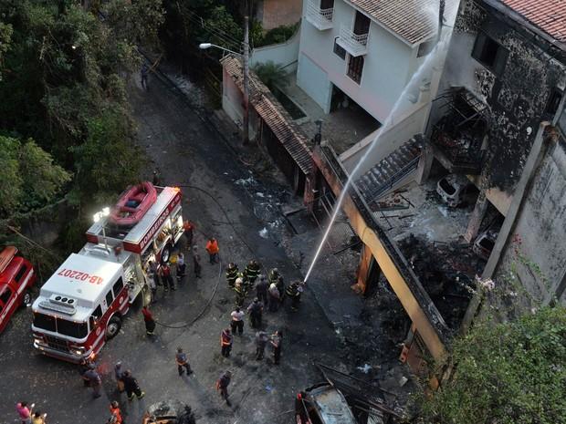 Bombeiros trabalham na área onde um avião monomotor caiu em uma casa no bairro da Casa Verde, em São Paulo, após decolagem do Campo de Marte (Foto: Nelson Almeida/AFP)