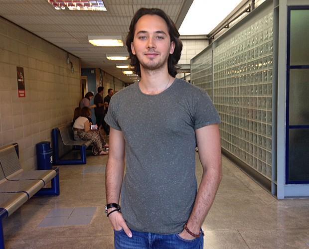 Gabriel Falcão deixou os cabelos crescerem para viver personagem no teatro (Foto: Talita Mendes / Gshow)