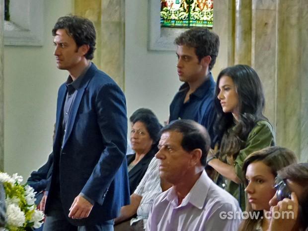 Laerte e Leto chegam juntos à igreja e recebem o apoio de todos (Foto: Em Família/TV Globo)