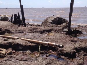 Cano usado para ligação clandestina às margens do Rio Amazonas, em Macapá (Foto: John Pacheco/G1)