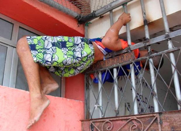 Leonardo Gomes da Costa, de 23 anos, passou meia hora entalado entre as grades (Foto: Tânia Pereira)