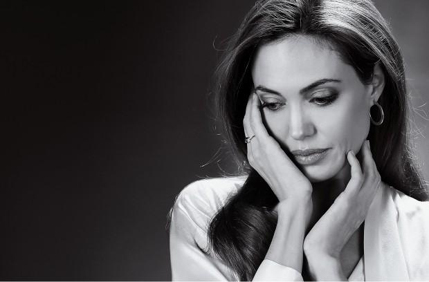 CONTROVERSA A atriz americana Angelina Jolie. Sua decisão de tirar os seios, aos 37 anos, teve enorme repercussão (Foto: Carlo Allegri/AP)