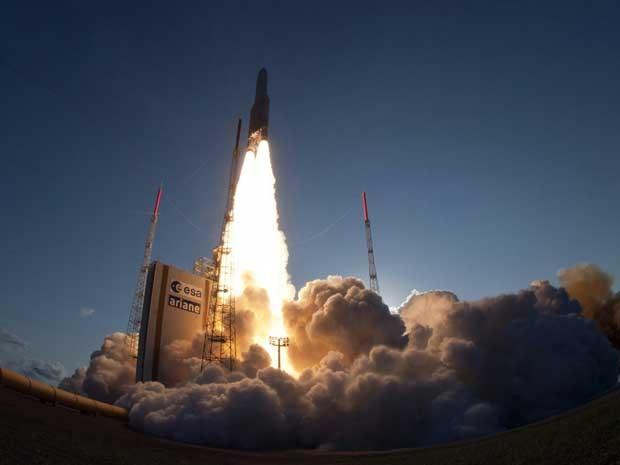Foguete Ariane-5 decola para levar para a órbita da Terra o satélite de comunicação GSAT-7, da Índia. (Foto: JM Guillon / ESA CNES ARIANESPACE / Via AFP Photo)